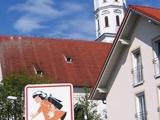Schild vor bayerischer Kirche