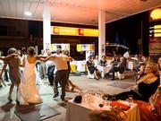 Hochzeit an der Tankstelle