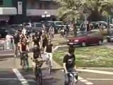 Lustige Aktion an einem riesigen Kreisverkehr