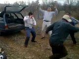 Betrunkene Opas tanzen