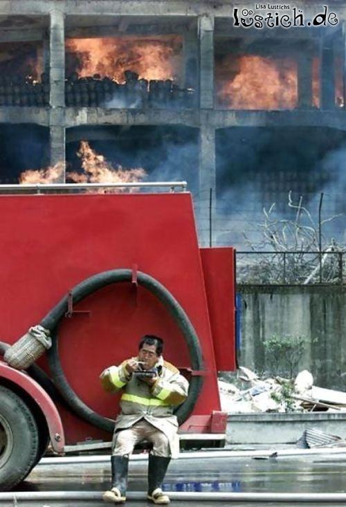 Feuerwehrmann macht Mittagspause