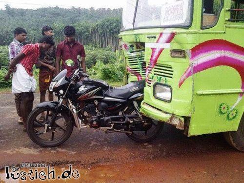 Motorrad gegen Bus
