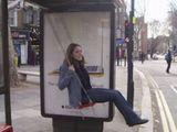 Bushaltestelle mit Schaukel